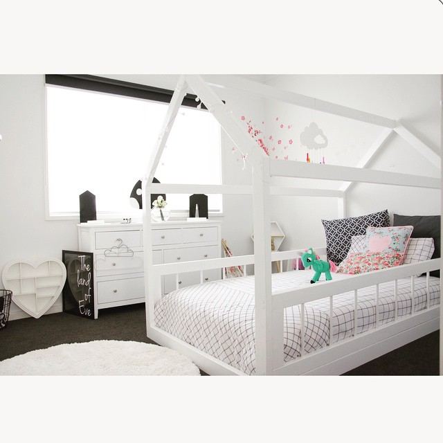 House bed with guardrails